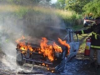 Bandidos queimam carro com gerente de motel dentro ap�s assalto no Sert�o