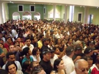 Multidão acompanha o enterro do padre Jerônimo Neto em Santa Luzia